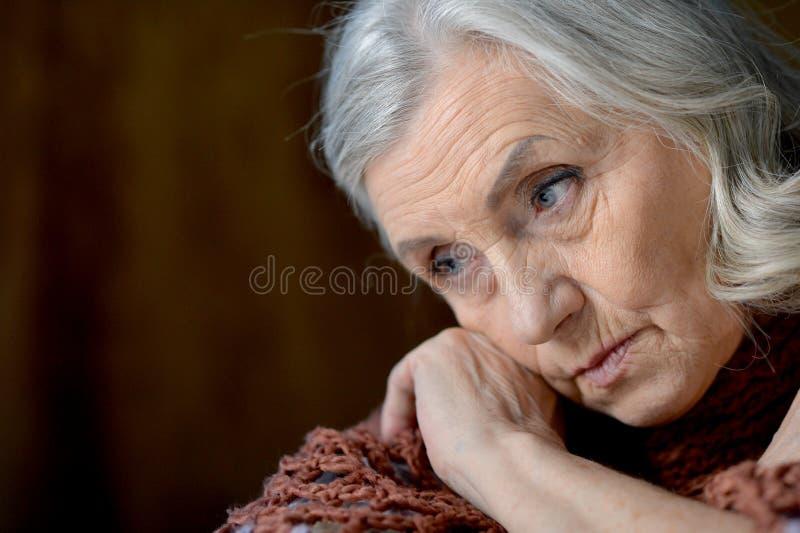 Nahes hohes Porträt der netten traurigen älteren Frau lizenzfreies stockfoto