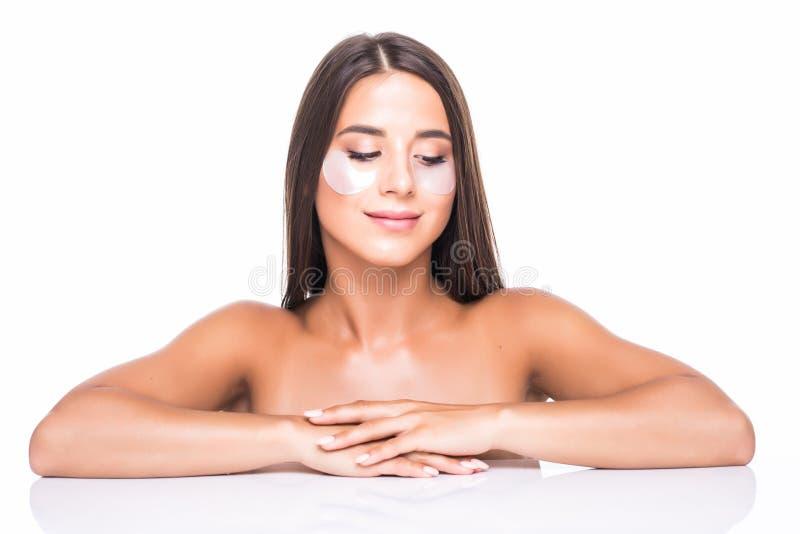 Nahes hohes Porträt des attraktiven Mädchens mit nackten Schultern Anwendung, habend und wenden Flecken unter nahen Augen, Kampf  lizenzfreie stockbilder