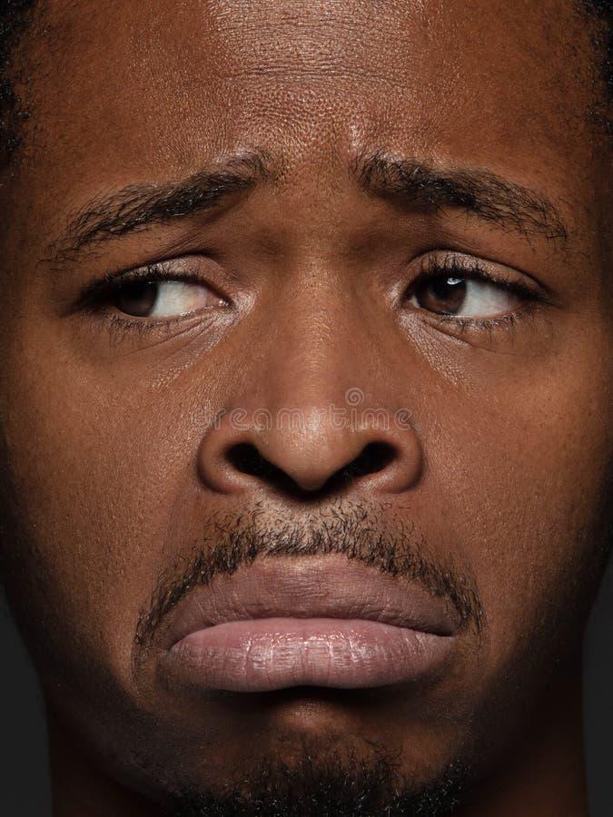 Nahes hohes Porträt des jungen Afroamerikanermannes stockfoto