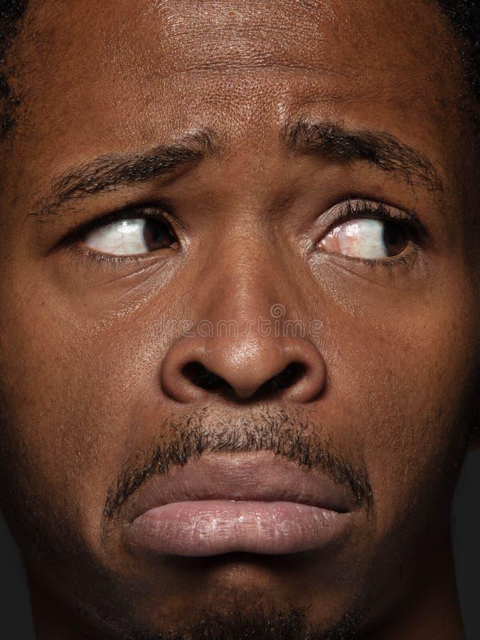Nahes hohes Porträt des jungen Afroamerikanermannes stockfotos