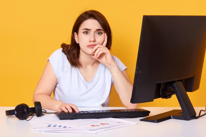 Nahes hohes Porträt des recht jungen weiblichen Studenten unter Verwendung des Tischrechners in einer Collegebibliothek für das lizenzfreies stockfoto