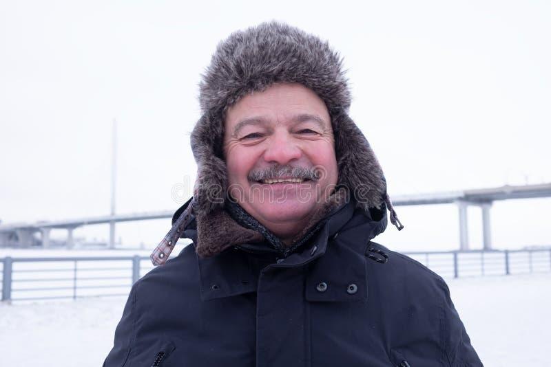 Nahes hohes Porträt des reizenden lächelnden Großvaters lizenzfreies stockfoto