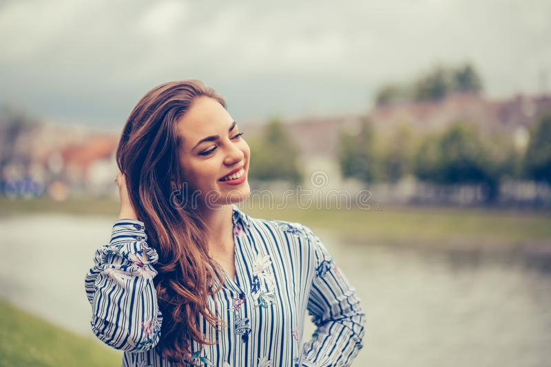 Nahes hohes Porträt einer Schönheit mit einem perfekten Lächeln draußen lizenzfreies stockbild