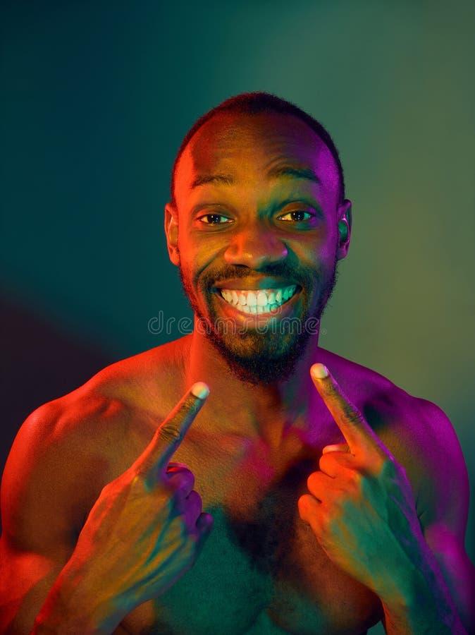 Nahes hohes Porträt eines jungen nackten afrikanischen Mannes, der zuhause Kamera betrachtet lizenzfreies stockbild