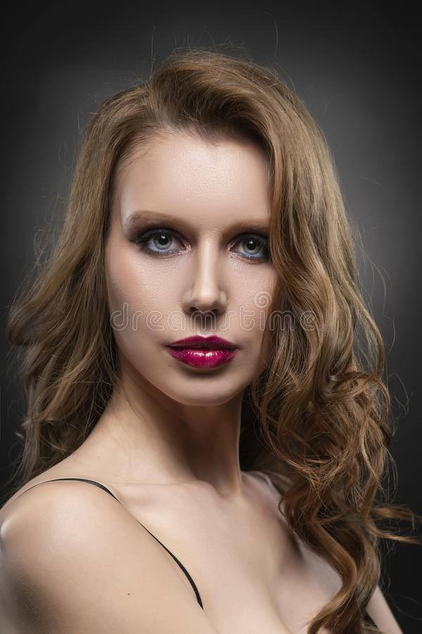 Nahes hohes Porträt eines schönen blonden Mädchenmodells Rote Lippen und Rosa bilden Gesunde freie Haut lizenzfreies stockfoto