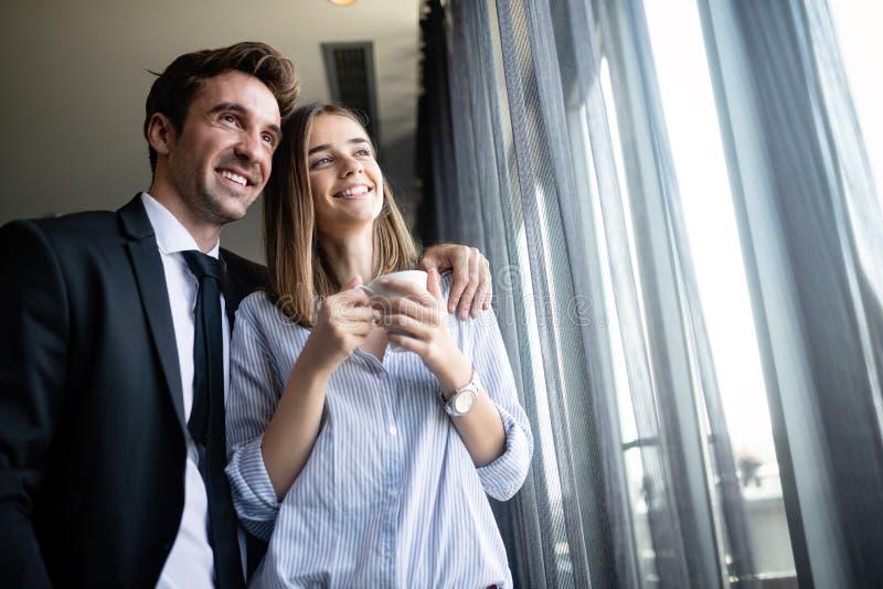 Nahes hohes Porträt von den Freunden, die den Bruch vom Treffen beim Trinken des Kaffees genießen stockfotografie