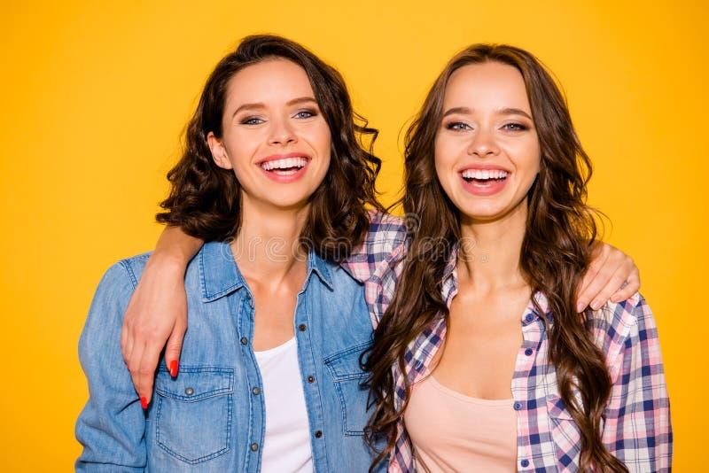 Nahes hohes Porträt von reizend netten Damen glauben, dass froh offenen Inhalt haben Wochenenden sich entspannen den Feiertagsso lizenzfreies stockbild