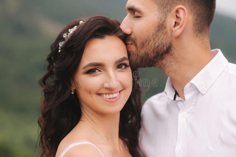 Nahes hohes Porträt von schönen Paaren in den Bergen Glückliche Frau mit Mann Elegante Frau mit ihrem Ehemann stockfotos