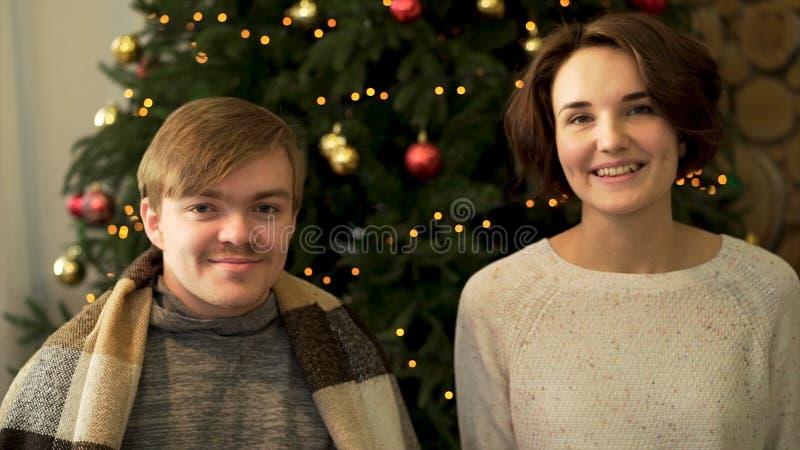 Nahes hohes Porträt von zwei nett, positives Paar, das runde glatte Spielwaren, die Augen bedeckend hält und herum täuschen auf v lizenzfreie stockbilder