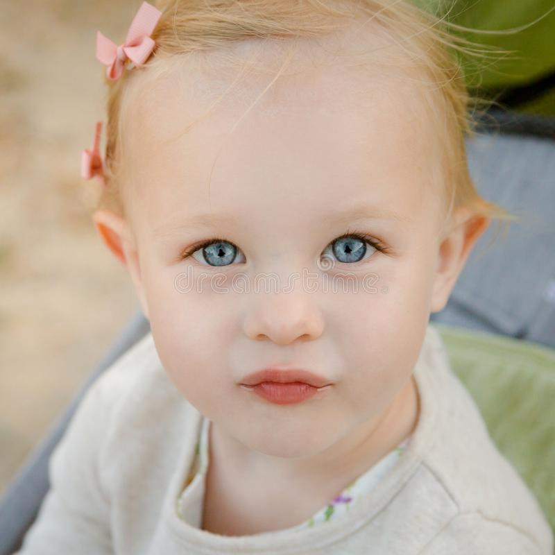 Nahes hohes Porträt wenigen entzückenden Mädchens mit großen blauen Augen lizenzfreies stockfoto