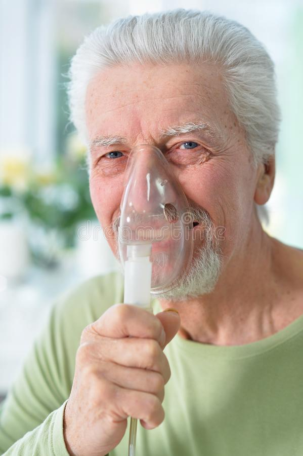 Nahes hohes Portr?t des kranken Portr?ts des ?lteren Mannes mit Inhalator stockbilder