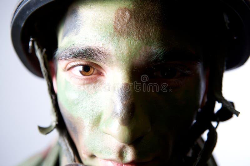 Nahes hohes Portrait des Soldaten lizenzfreie stockbilder