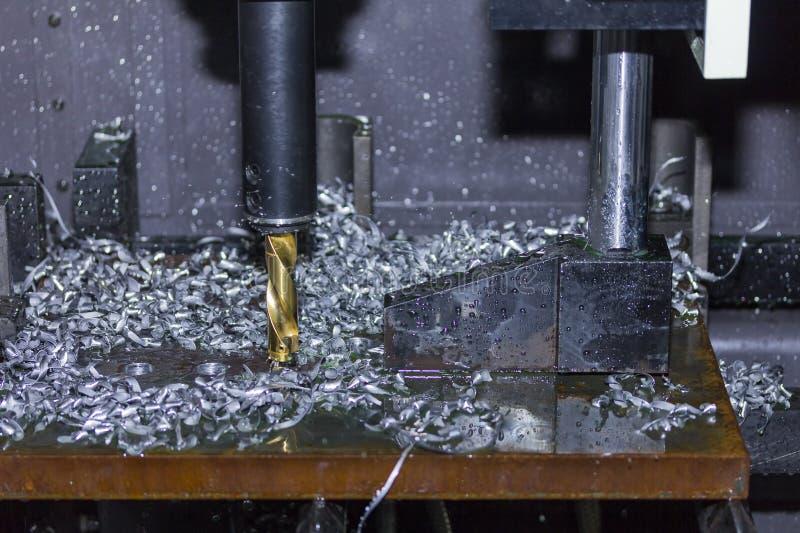 Nahes hohes Werkzeug der automatischen Bohrmaschine Loch am Metall mit dem Abkühlen durch Kühlwasser machen lizenzfreies stockbild