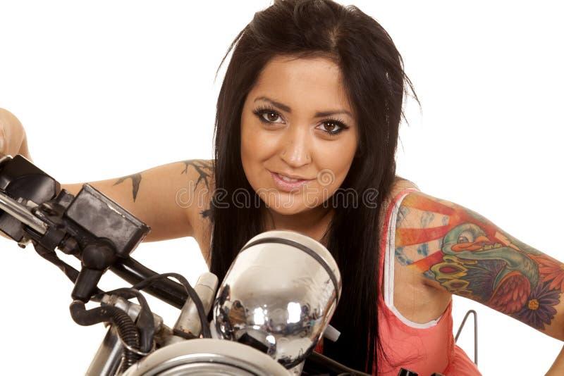 Nahes Lächeln des Frauentätowierungsrosahemd-Motorrades lizenzfreie stockfotografie
