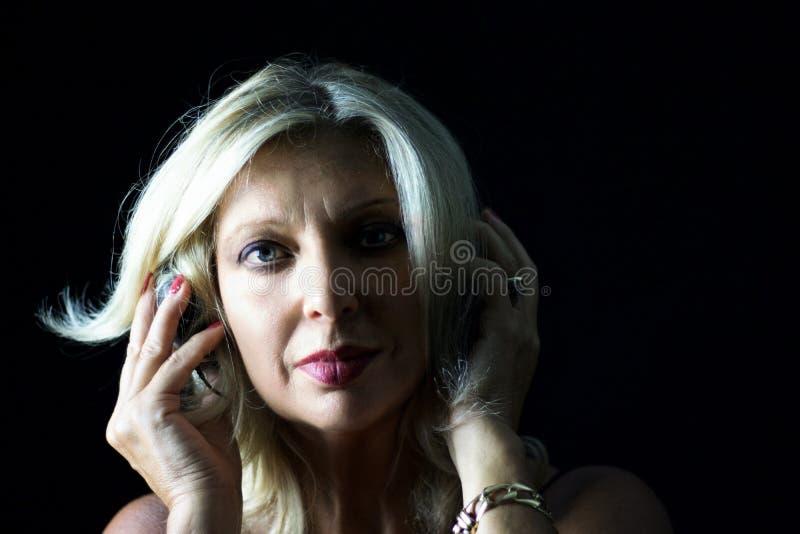 Nahes Porträt der Frau mit Kopfhörern, Tango DJ lizenzfreies stockfoto