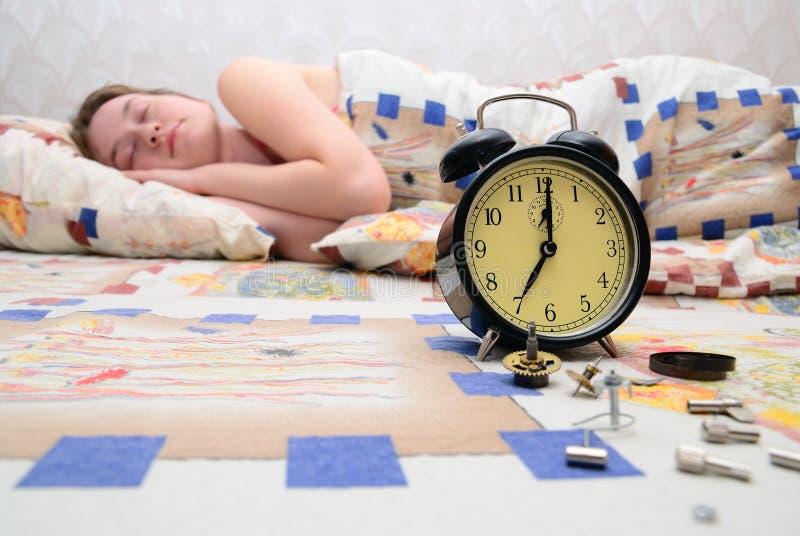 Nahes schlafendes Mädchen der unterbrochenen Alarmuhr lizenzfreies stockbild