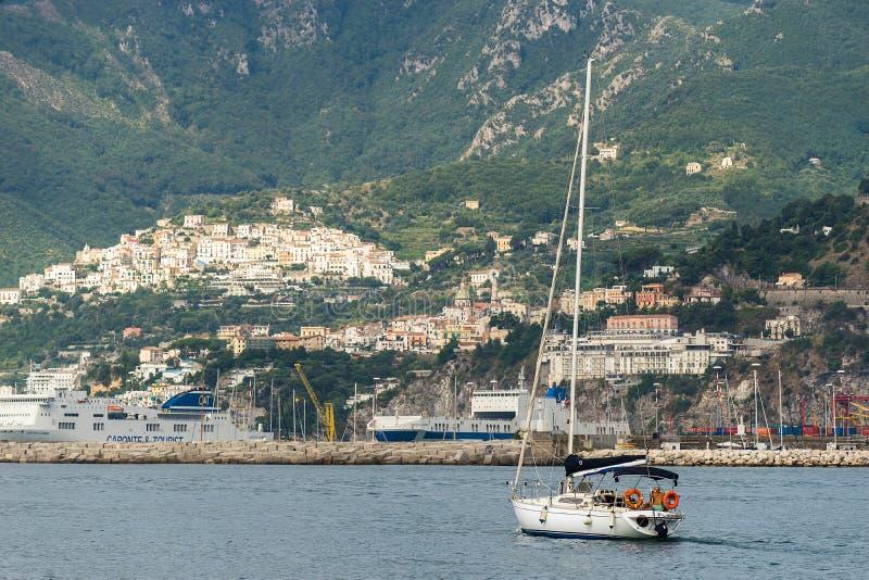 Nahes Ufer der einzelnen Yacht, richten Drei viertel Ansicht auf stockfotos