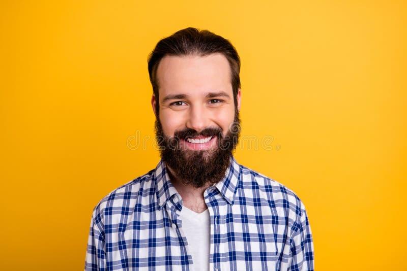 Nahportrait seines nett fröhlich fröhlich-fröhlichen, mit Shirt-IT-Experte bestickten, aufgeblasenen Intarsienthalben stockbild