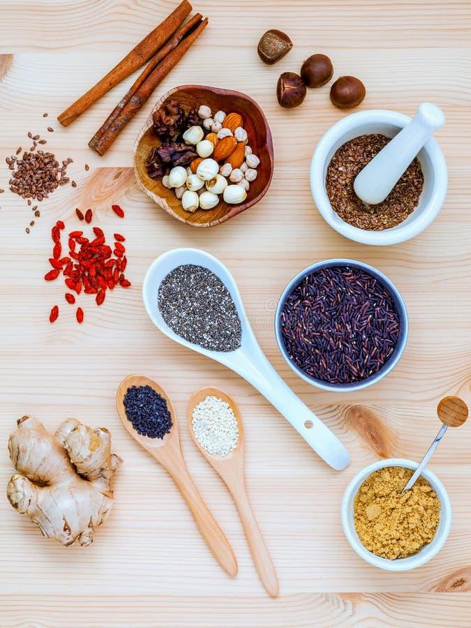 Nahrhafte Nahrungsmittel und Supernahrungsmittelauswahl mit Ergänzung powde lizenzfreie stockfotografie