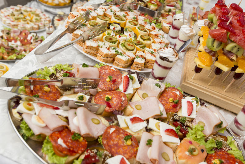 Nahrung auf dem Tisch stockfotografie