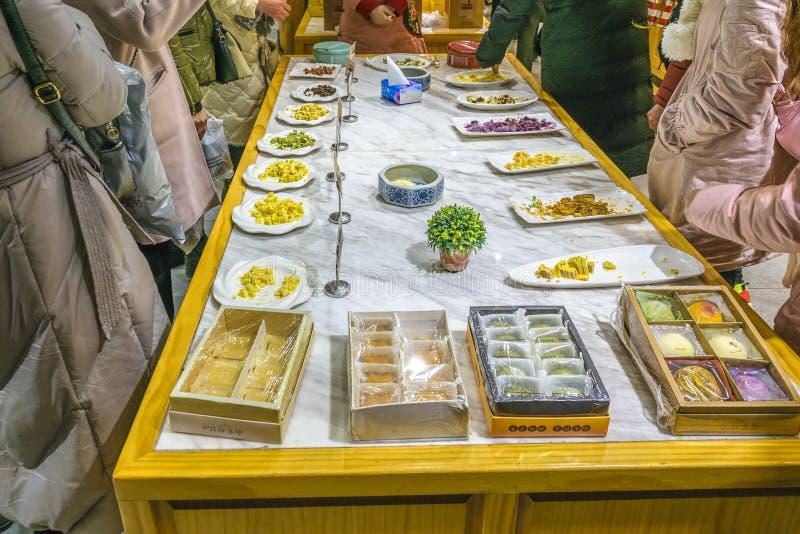 Nahrung bei Tisch, Hefang-Straße, Hangzhou, China stockfotos