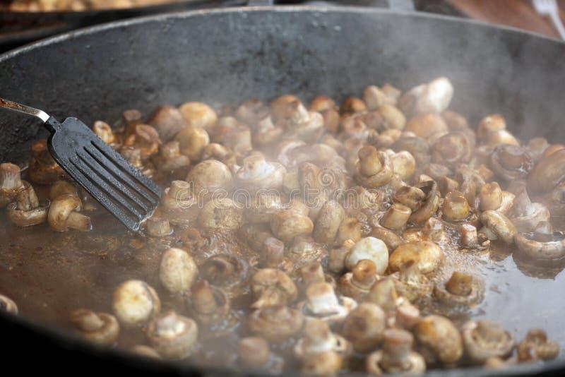 Nahrung, die in große Wanne vorbereitet wird stockbild