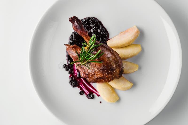Nahrung Entenbein mit Birnen- und Korinthensoße Delikatessen-feinschmeckerisches Restaurant-Menü-Konzept lizenzfreie stockfotografie