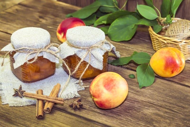 Nahrung, Ernte, Dosenfr?chte Selbst gemachter Stau der würzigen Pfirsichmarmelade in einem Glasgefäß frischem reifem Fruchtzimt a stockfotos