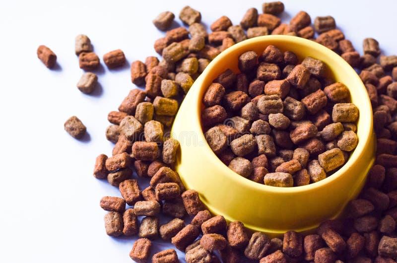 Nahrung für Haustiere in einer gelben Maske und um sie lizenzfreie stockfotografie