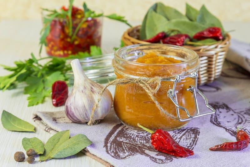 Nahrung Selbst gemachte Erntebewahrung Diätetisches Gemüsepüree der Zucchini, des Kürbises, der Karotte, des Pfeffers mit Gewürze stockfotografie