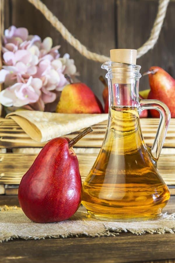 Nahrung, Vegetarismus, Nahrung der gesunden Diät, Getränk Natürlicher Saft ohne Masse von der frischen roten Birne in einem Glasd stockfotos
