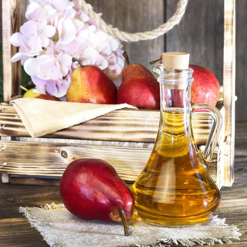 Nahrung, Vegetarismus, Nahrung der gesunden Diät, Getränk Natürlicher Saft ohne Masse von der frischen roten Birne in einem Glasd stockbild