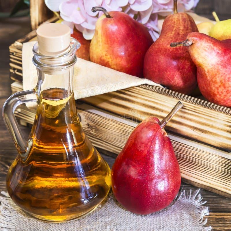 Nahrung, Vegetarismus, Nahrung der gesunden Diät, Getränk Natürlicher Saft ohne Masse von der frischen roten Birne in einem Glasd lizenzfreie stockfotografie