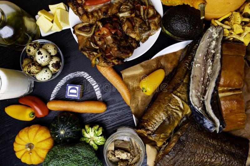 Nahrungsmittel, die Vitamin D auf hölzernem Hintergrund enthalten Beschneidungspfad eingeschlossen lizenzfreie stockfotos