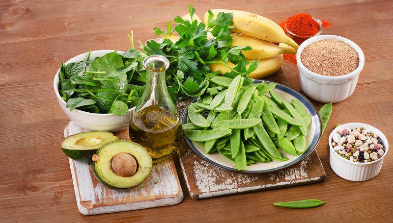 Nahrungsmittel am höchsten in Vitamin K auf einem hölzernen Brett Gesundes Essen stockbilder