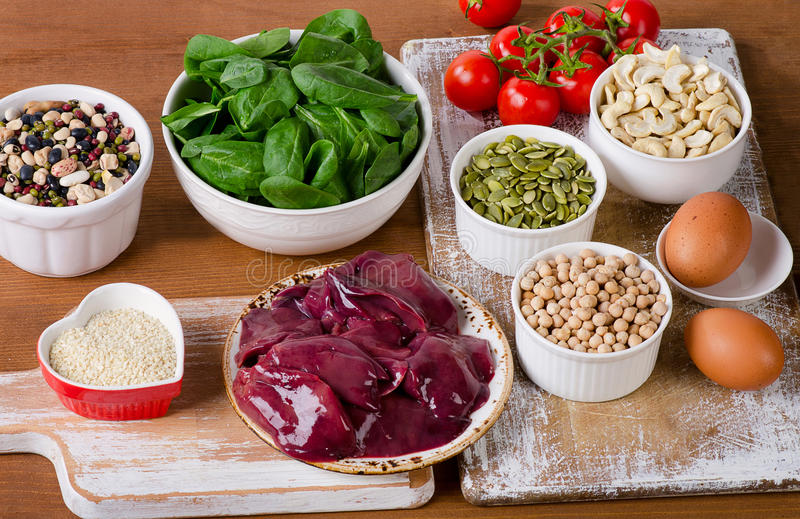 Nahrungsmittel hoch im Eisen, einschließlich Eier, Nüsse, Spinat, Bohnen, seafoo stockfoto
