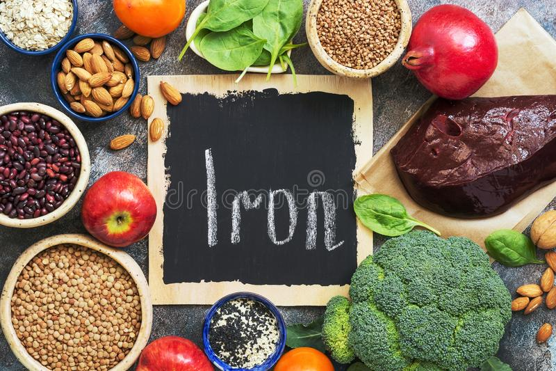 Nahrungsmittel hoch im Eisen Gemüse, Früchte reich im Eisen auf einem rustikalen Hintergrund Draufsicht, flache Lage, Kopienraum lizenzfreies stockbild