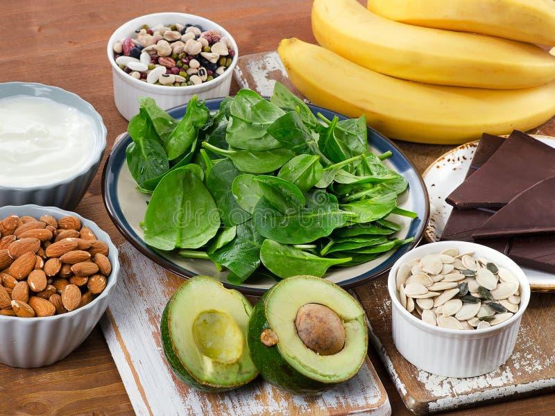 Nahrungsmittel hoch im Magnesium auf einem Holztisch lizenzfreie stockfotografie