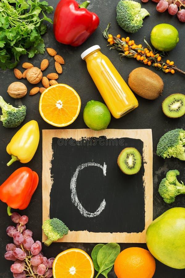 Nahrungsmittel hoch im Vitamin C auf einem schwarzen rustikalen Steinhintergrund Draufsicht, flache Lage stockbilder