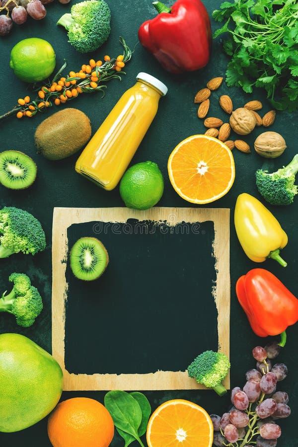 Nahrungsmittel hoch im Vitamin C auf einem schwarzen rustikalen Steinhintergrund Draufsicht, flache Lage Abgetöntes Foto stockfotos