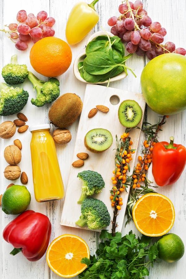 Nahrungsmittel hoch im Vitamin C Früchte, Gemüse, Nüsse, Grüns, Zitrusfrüchte Draufsicht, flache Lage Das Konzept der gesunden Na lizenzfreie stockbilder