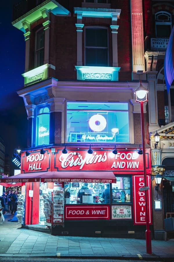 Nahrungsmittel- und Weingemischtwarenladenfenster nahe Chinatown nachts, Westminster, London, England, Vereinigtes Königreich, Eu stockbild