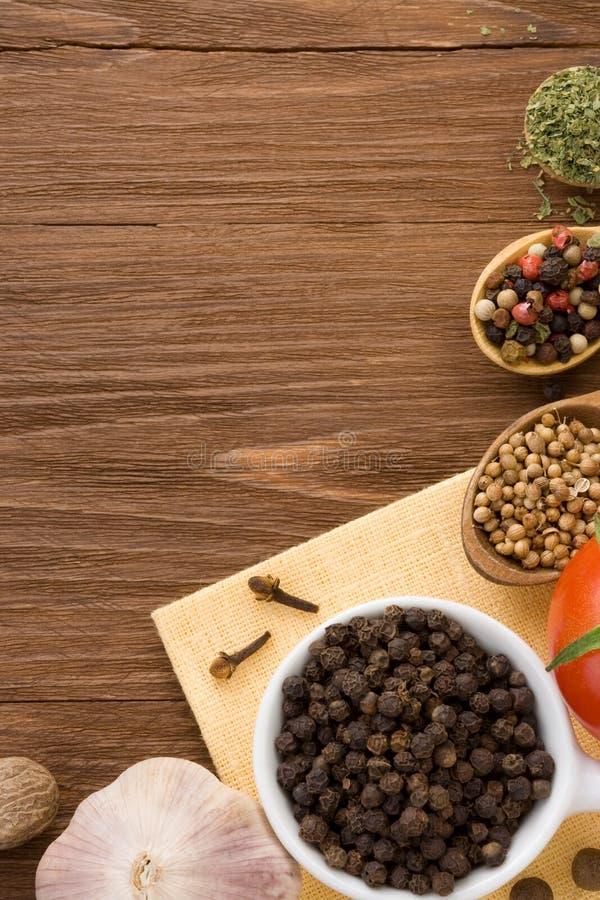 Nahrungsmittelbestandteil und -gewürze auf Holz stockfotografie