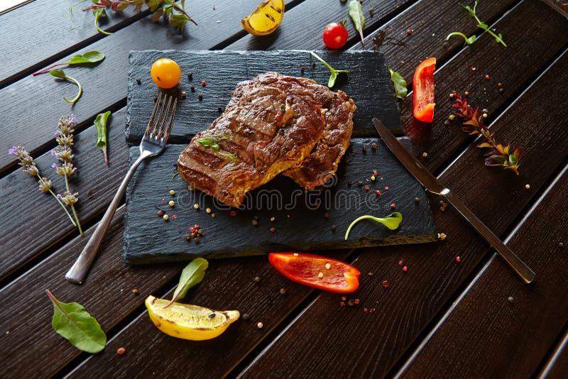 Nahrungsmittelfleischzartheitstellergemüseteigwarengemüsenachtisch-Getränkcocktail stockfoto