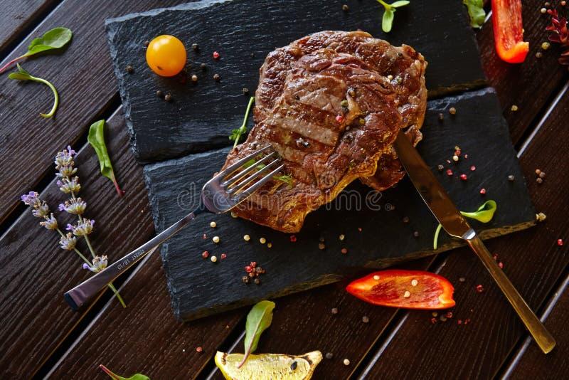 Nahrungsmittelfleischzartheitstellergemüseteigwarengemüsenachtisch-Getränkcocktail stockfotos