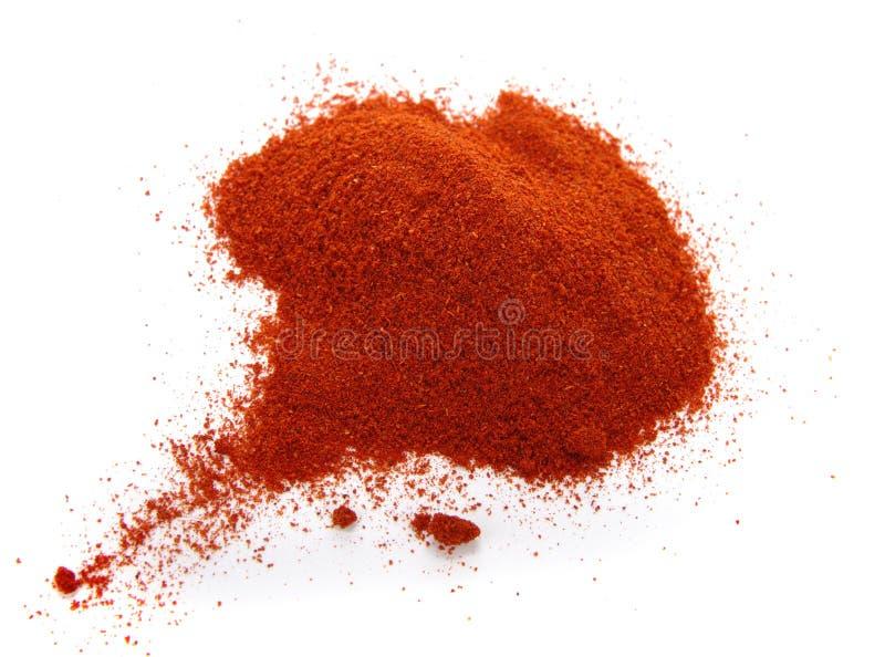 Nahrungsmittelgewürzstapel des roten Grund-PAPRIKAS auf Weiß stockbild