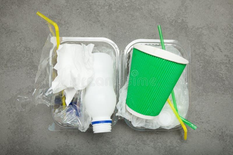 Nahrungsmittelrückstand: Flaschen Verpacken der Lebensmittel und Kunststoffrohre Wiederverwertung des Abfalls lizenzfreies stockfoto