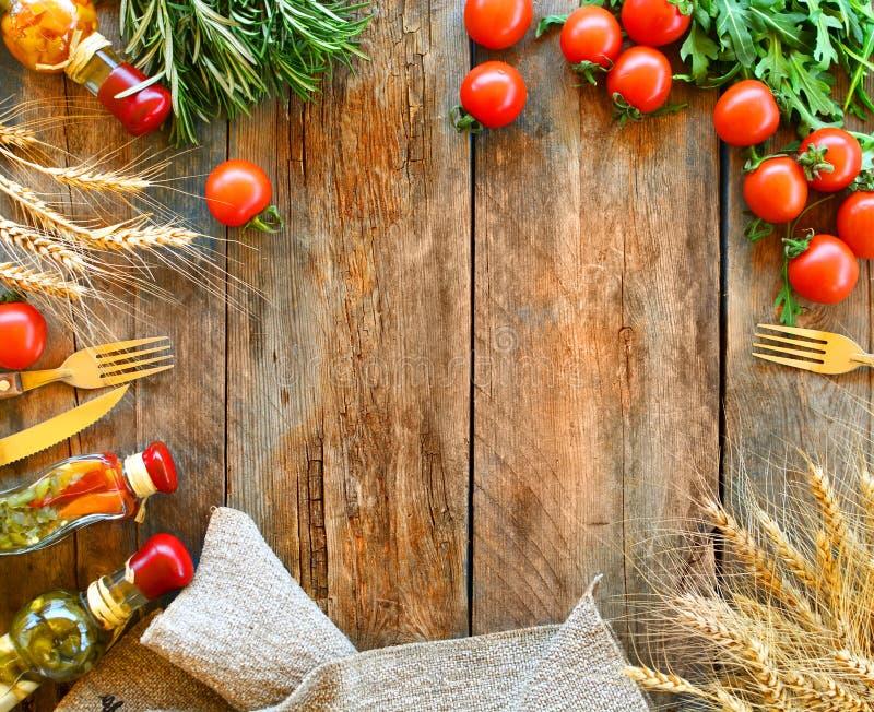 Nahrungsmittelrahmenhintergrund mit Kopienraum Rustikaler italienischer Küchehintergrund stockfoto