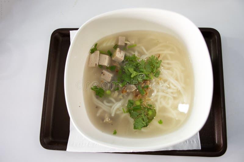 Nahrungsmittelsatz Reis-Nudelsuppe des Fr?hst?cks der vietnamesischen mit Schweinefleischschweinsrippchen und der Schweinswurst a lizenzfreie stockbilder