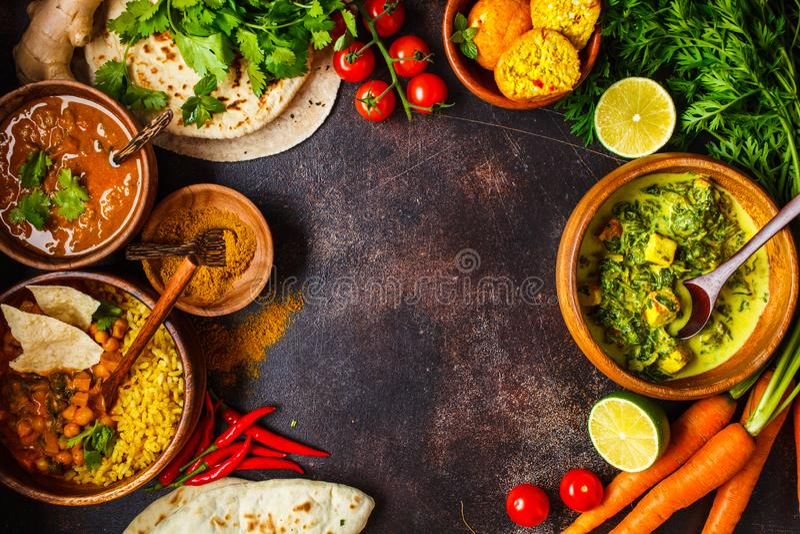 Nahrungsmitteltraditionelle indische Küche Dal, palak paneer, Curry, Reis, Chapati, Chutney in den hölzernen Schüsseln auf dunkle stockfoto